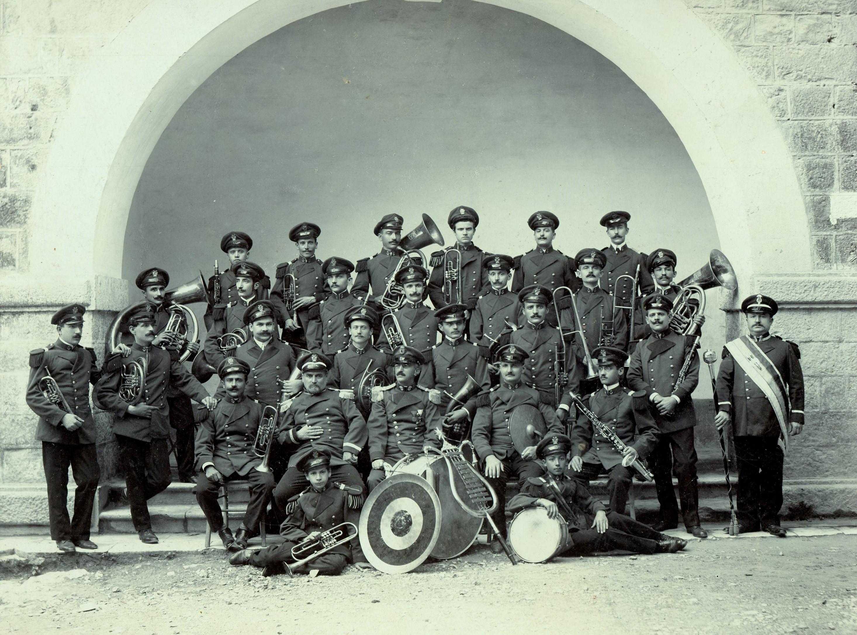 Dubrovačka građanska muzika prije probijanja skala do Straduna, vrata od Grada, oko 1910.